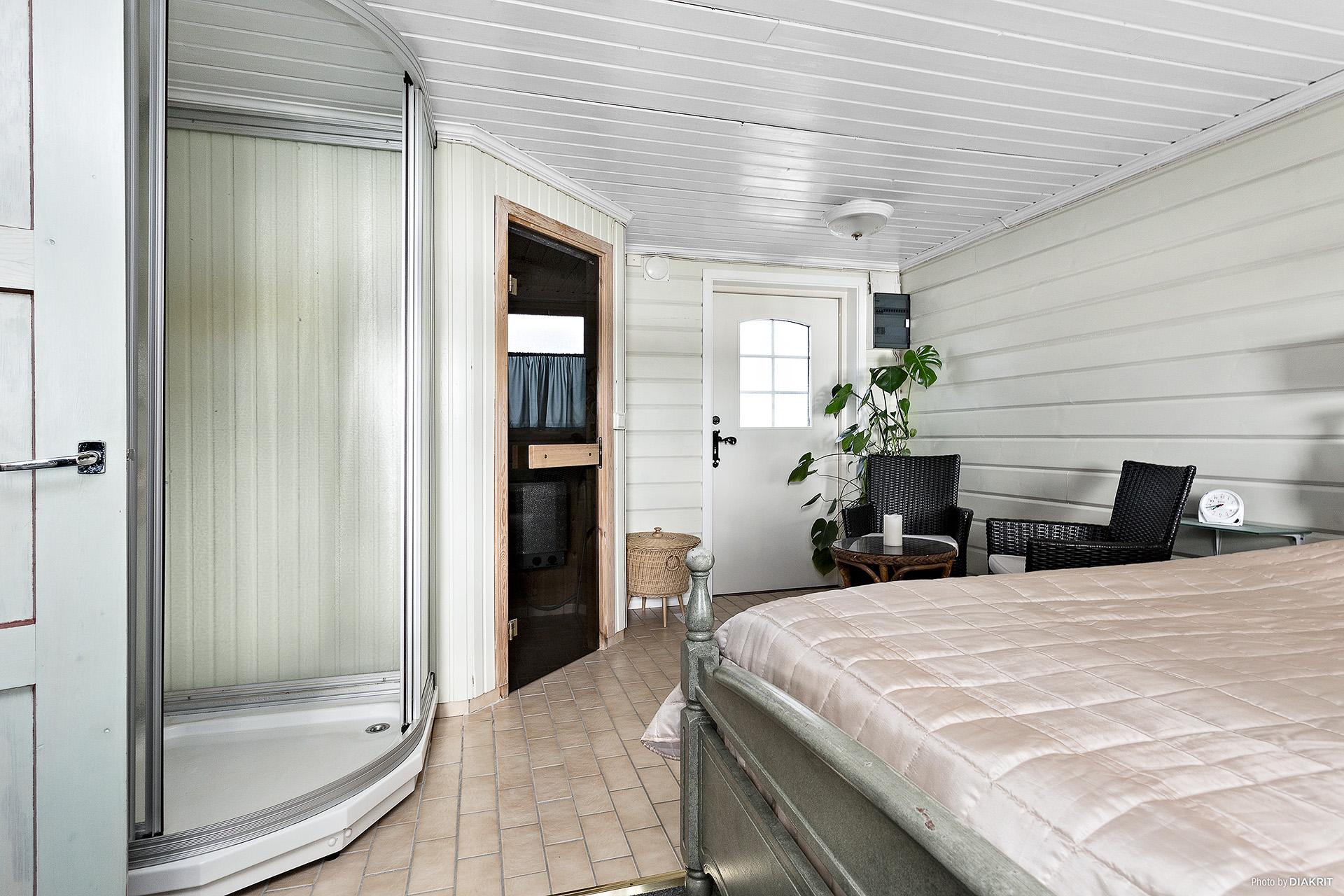 Sovrum med dusch och bastu