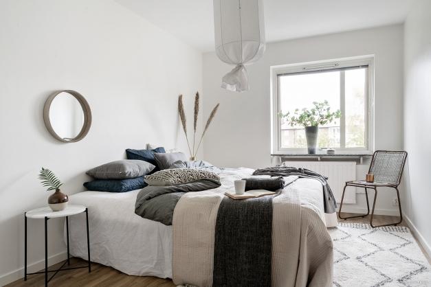 Rymligt sovrum med parkettgolv.