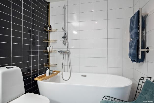 Helkaklat badrum i svarta och vita nyanser.
