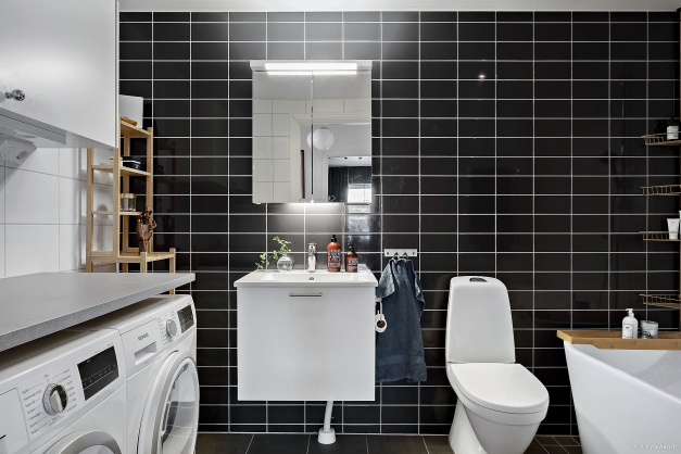 Badrummet är utrustat med badkar, wc, handfat, handdukstork tvättmaskin och torktumlare.