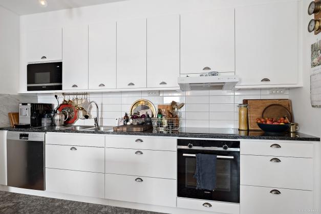 Köket är utrustat med induktionshäll, fläkt, ugn, diskmaskin, micro och kyl samt frys.