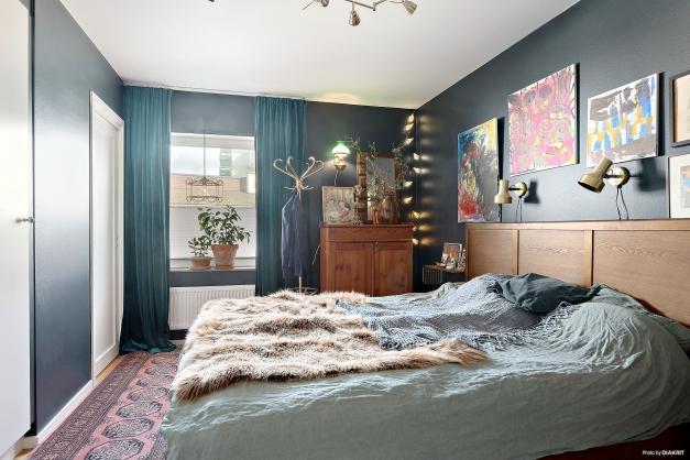Master-bedroom med platsbyggda garderober samt en walk-in-closet. Lyxkänsla!
