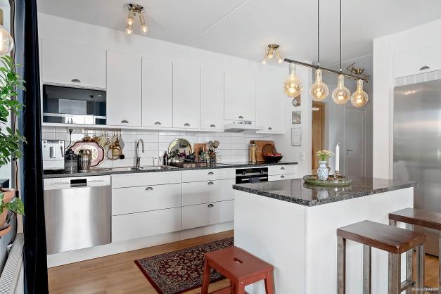 I kökstaket och över matsalsplatsen är Played installerat. Här kan du styra ljuset genom att tända, släcka och dimra via din telefon.