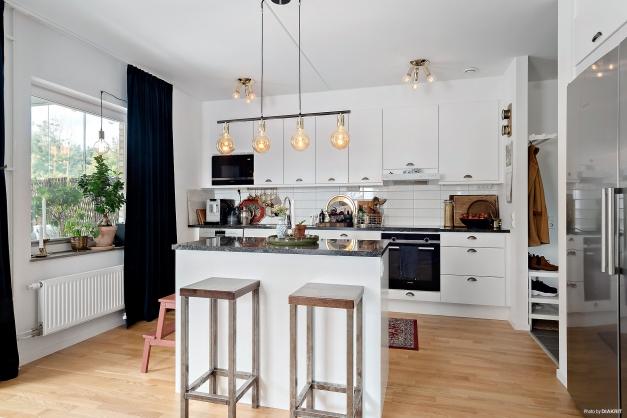 Rymligt kök i vita nyanser med köksö vilket adderar ytterligare arbetsyta. Bänkskivor i granit.