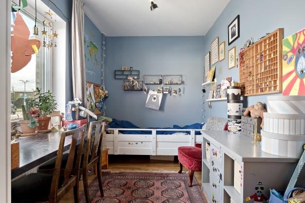 Sovrum 2 med rogivande blå färg på väggarna, parkettgolv och två garderober.