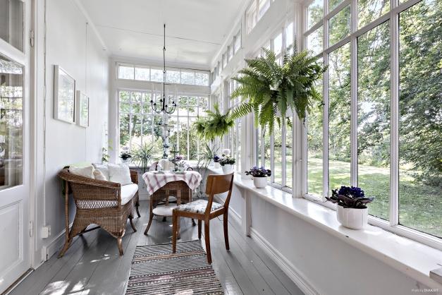 Inglasad veranda nås från vardagsrum