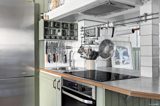 Öppen planlösning i kök med fina detaljer