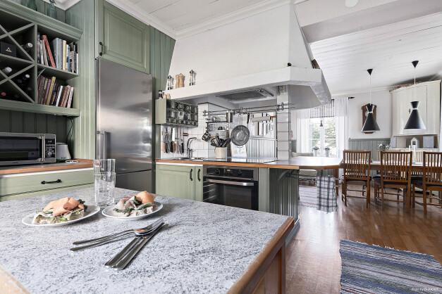 Kök öppnar för samtal, förbered maten med gäster intill