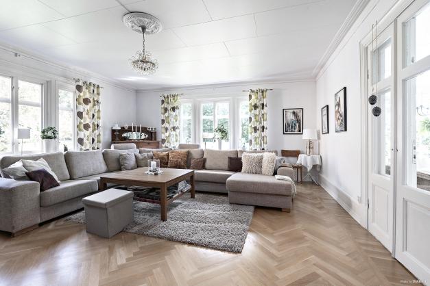 Vardagsrum med vacker parkett