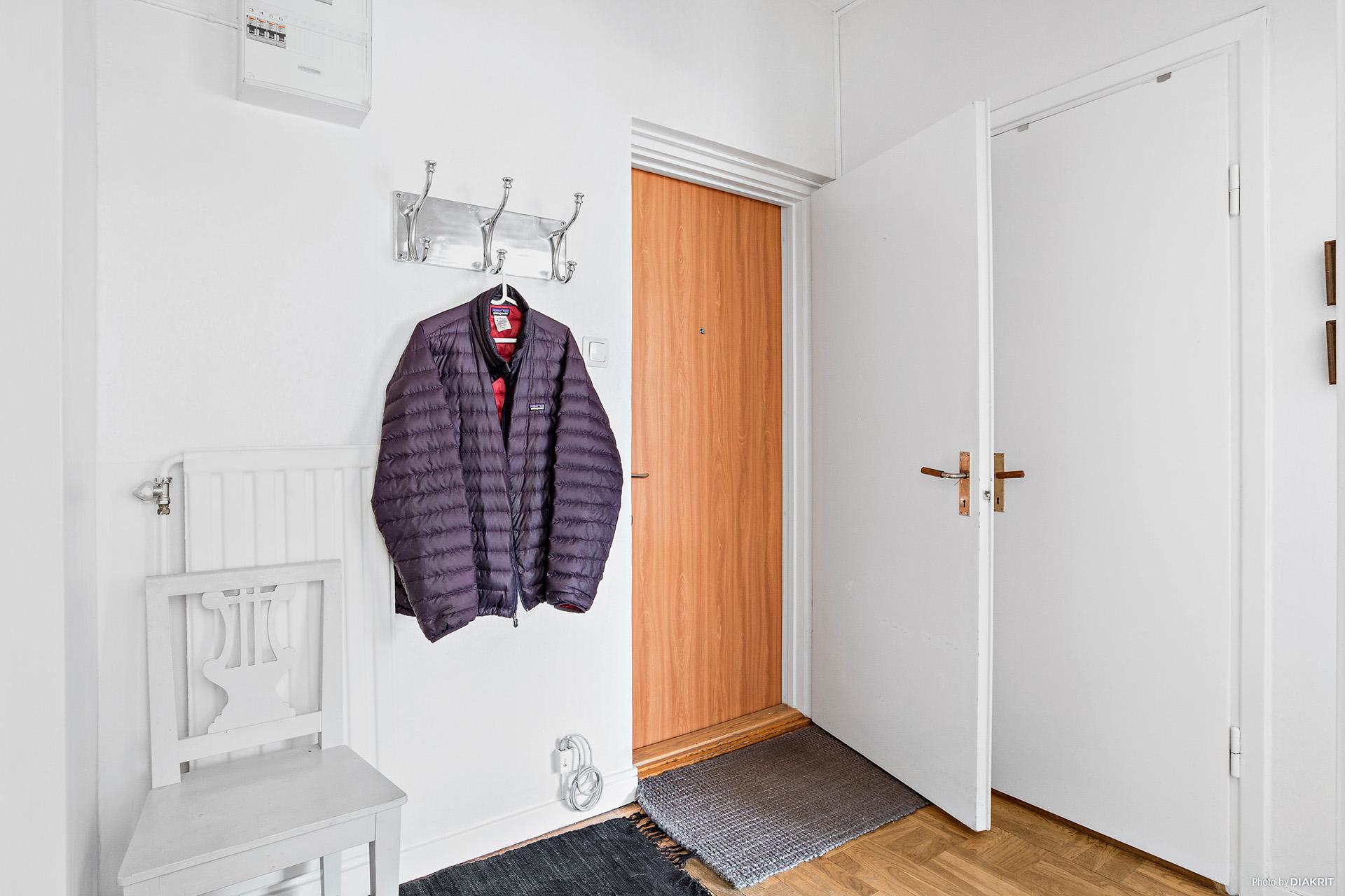 Hall med garderob och klädkammare