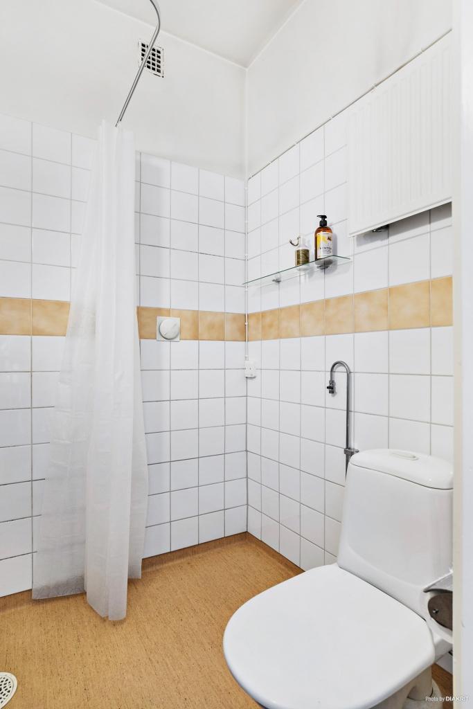 Wc och plats för tvättmaskin med el och vatten framdraget