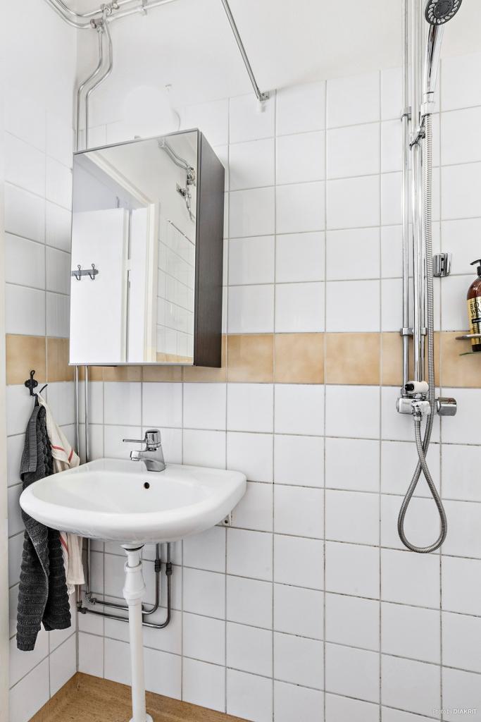 Dusch och tvättställ i duschrum som renoverades i samband med stambytet 1999