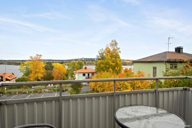 Balkong med utsikt över Storsjön.
