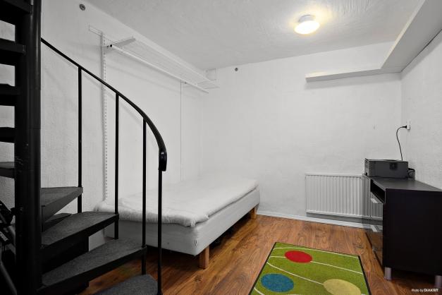 Förråd en trappa ner som idag används som gästrum.