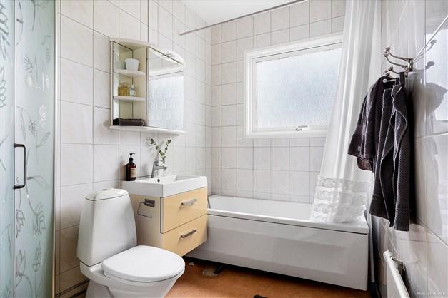 Rymligt badrum på övre plan.