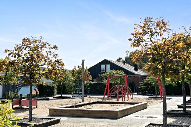 I området finns denna välutrustade och fina lekplats.