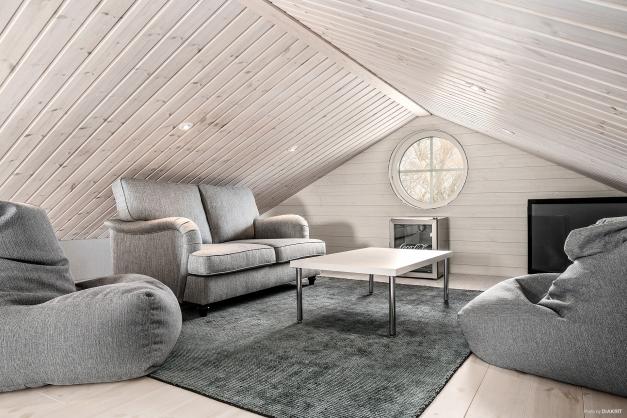 Möblerbart loft med ett vackert runt fönster.