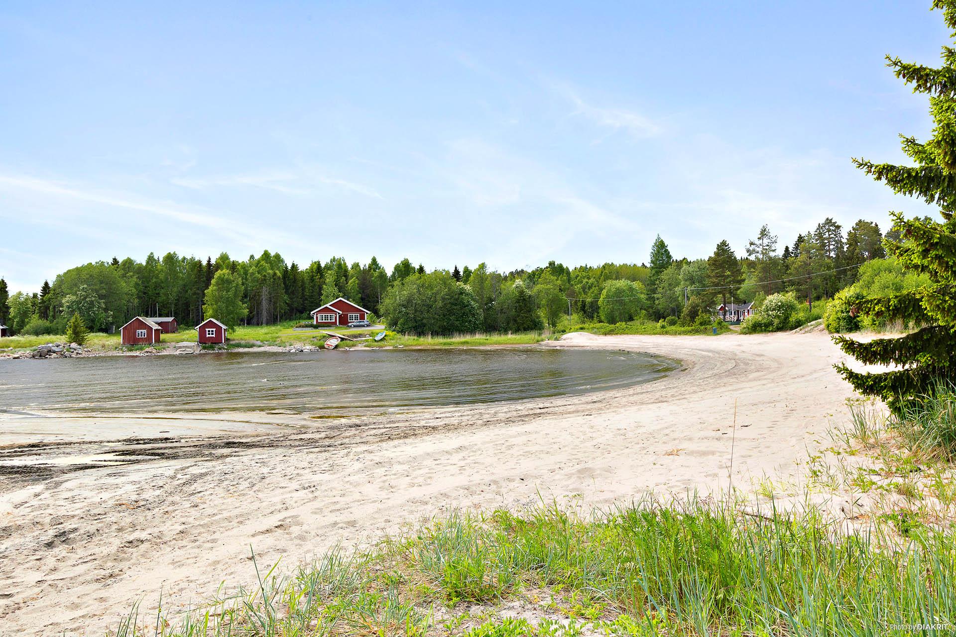 Fin badstrand i området (lågt vattenstånd vid fotograferingstillfället)