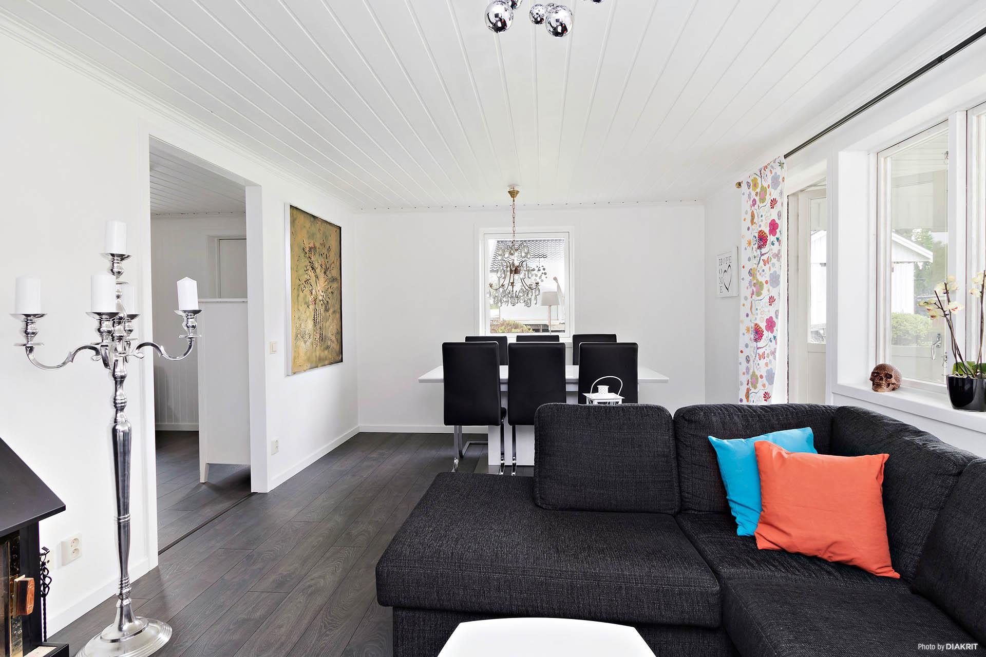 Vardagsrum med plats för både soffgrupp och matmöbel