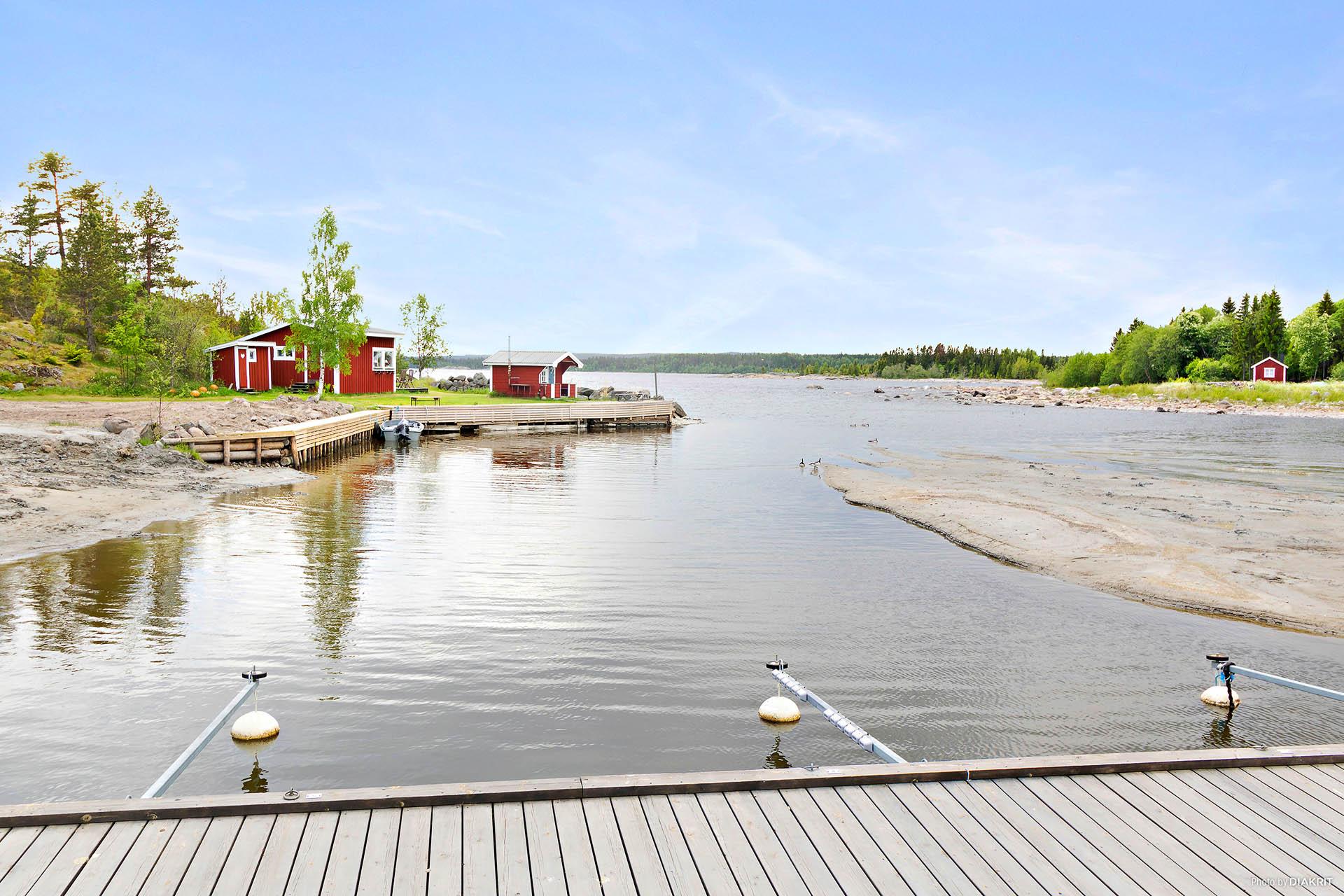 Strand med båtplatser