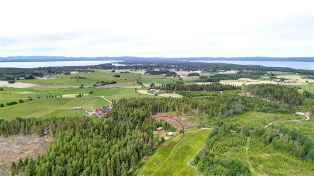 Flygbild över området, fastigheten ligger mittemellan de populära Dellensjöarna!