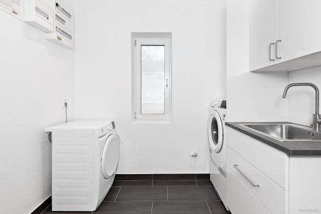 Tvättstuga med tvättmaskin och torktumlare