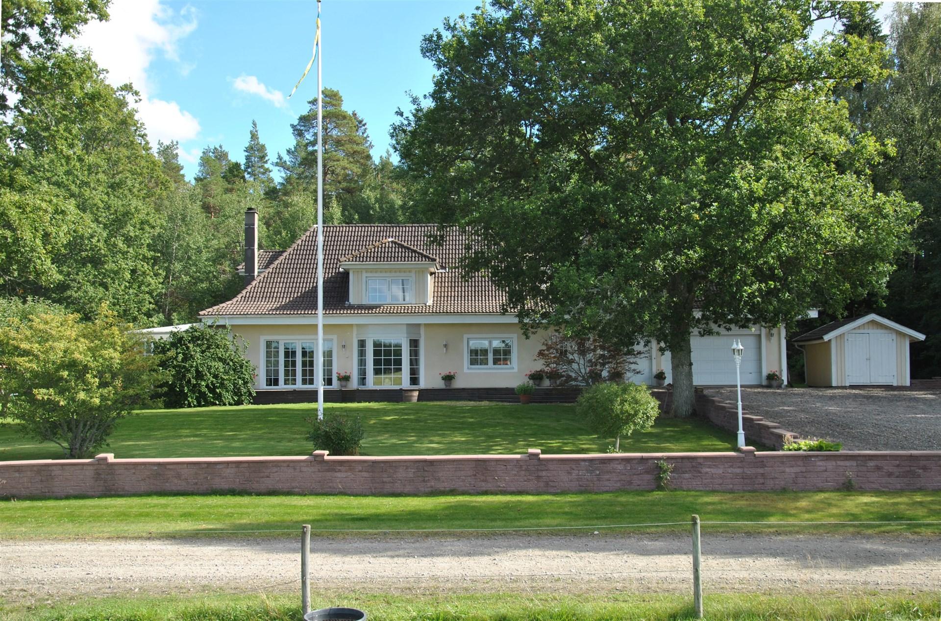 Avståndsbild med fasaden mot NV