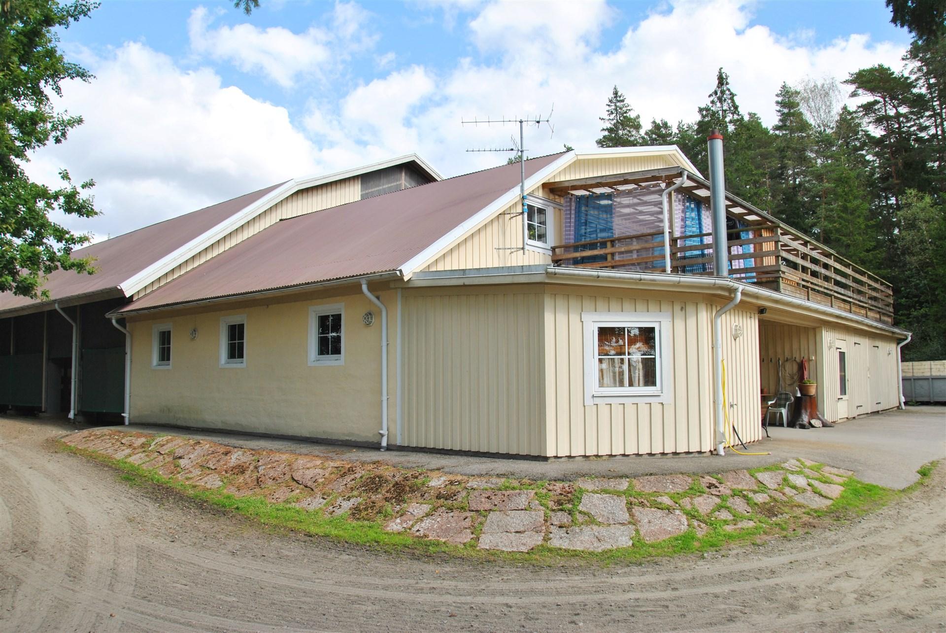 På ovanplan finns lägenhet om 90 m² samt gemensamhetslokal och tre gästrum med 7 sängplatser