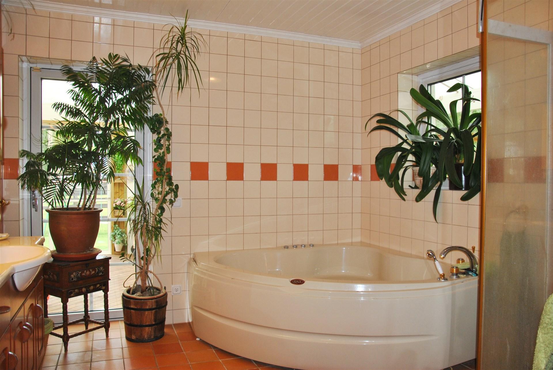 Rymligt badrum med både badkar och dusch...