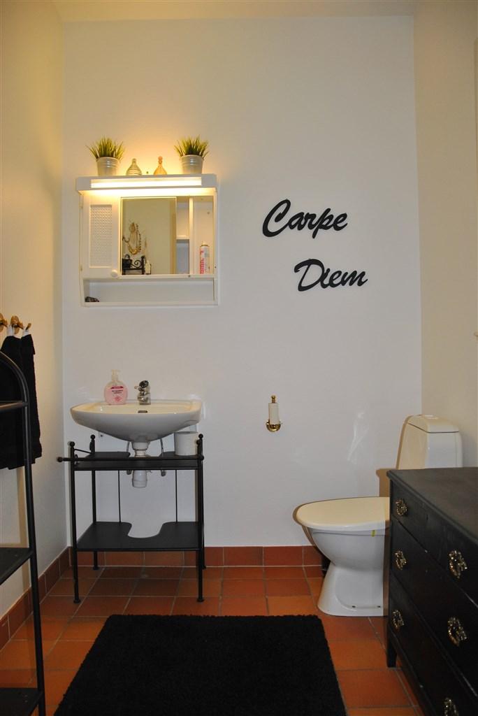 Intilliggande wc...