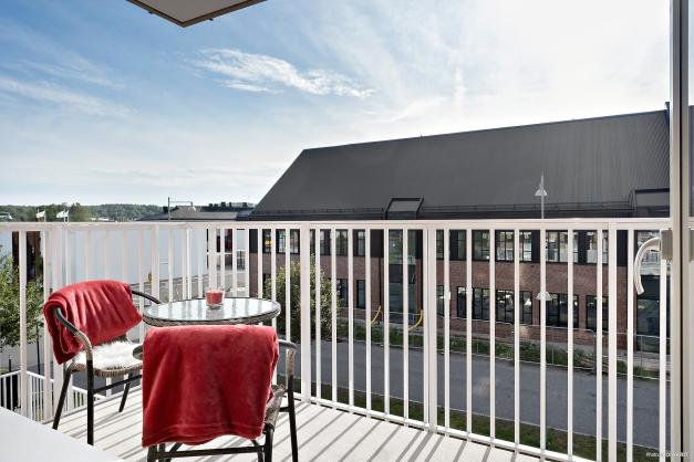 Lättmöblerad och rymlig balkong.