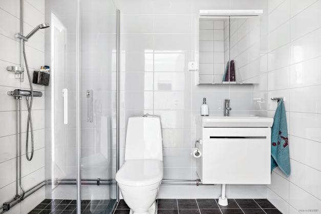Stilrent badrum med fina materialval.