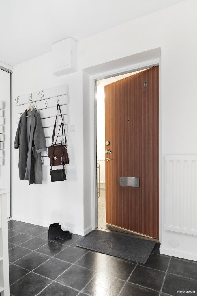 Hall där det finns en garderob med skjutdörrar i spegelglas