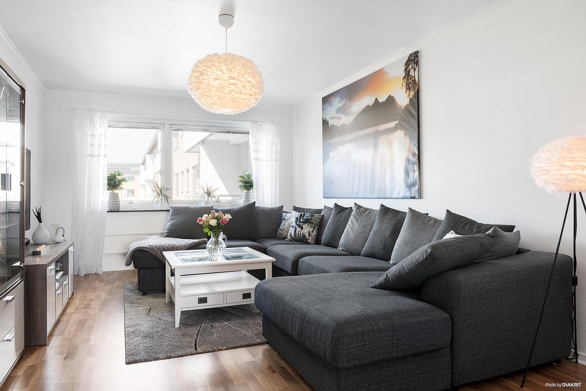 Stort vardagsrum som enkelt rymmer en flersitsig soffa och större matbord.