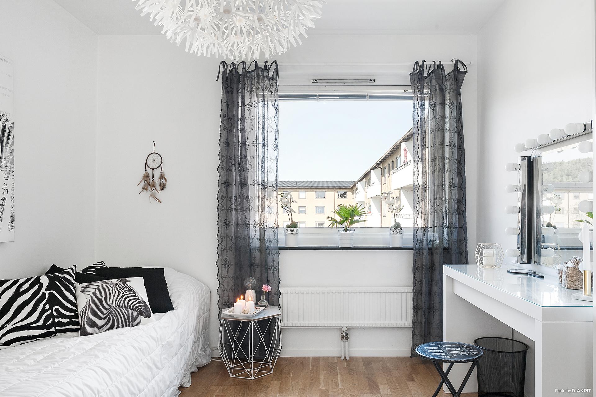 Sovrum 1 är ljust och luftigt med gott om plats för dubbelsäng och garderober.