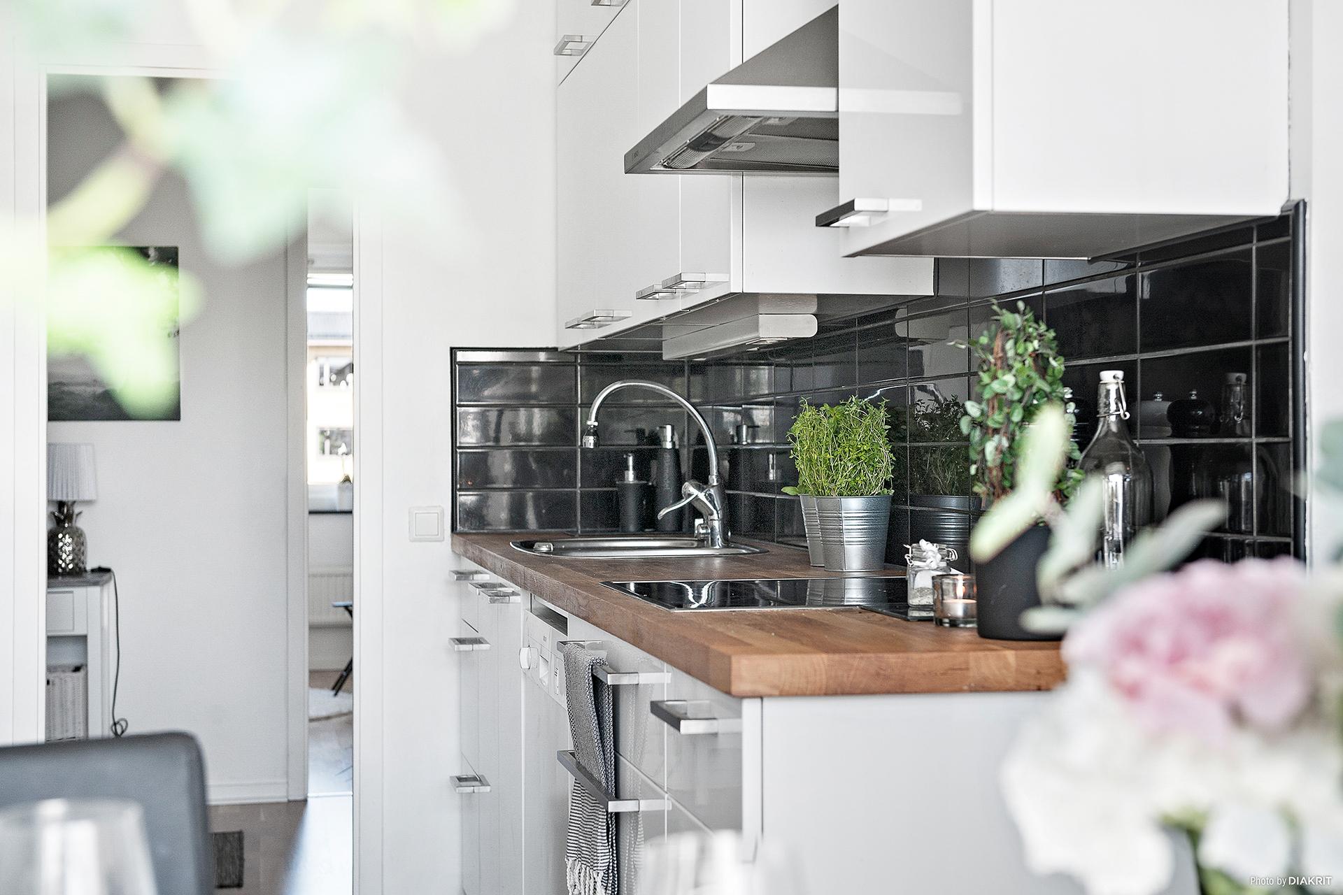 Snyggt kök med plats för matbord om 6-8 personer. Köket är utrustat med kyl och frys i fullhöjd, integrerad fläkt, diskmaskin, inbyggt mikro och läckra skåpsluckor.