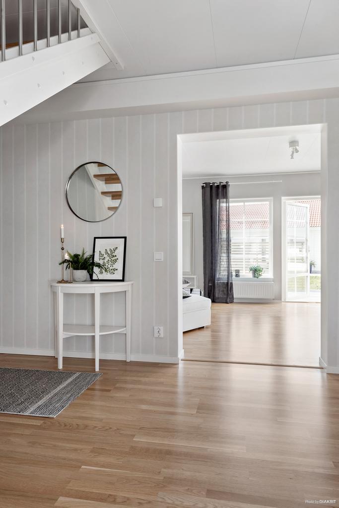 Hall och entré via verandan eller grovköket, bra hall med plats för kläder och skor