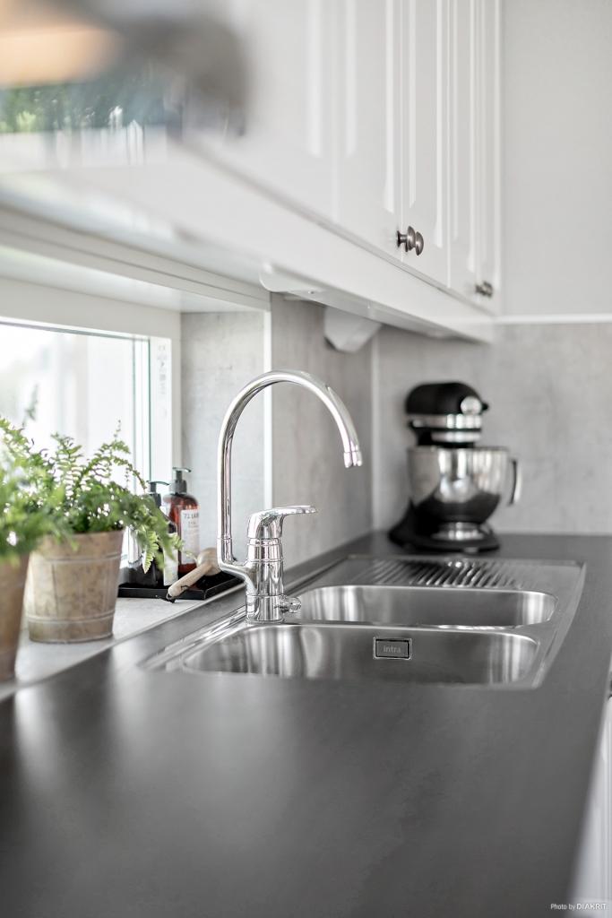 Köket, stilfullt! En liten titt ut genom fönstret!