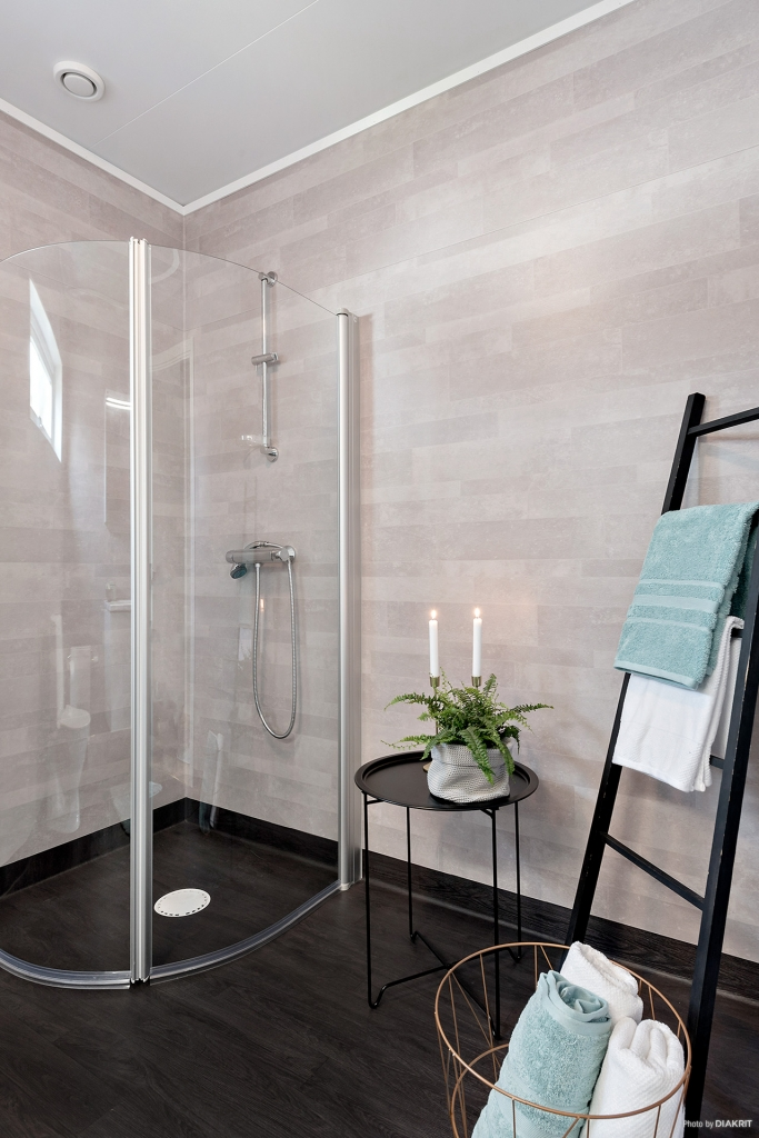 Badrum med dusch, wc och handfat. Enkelt och fräscht