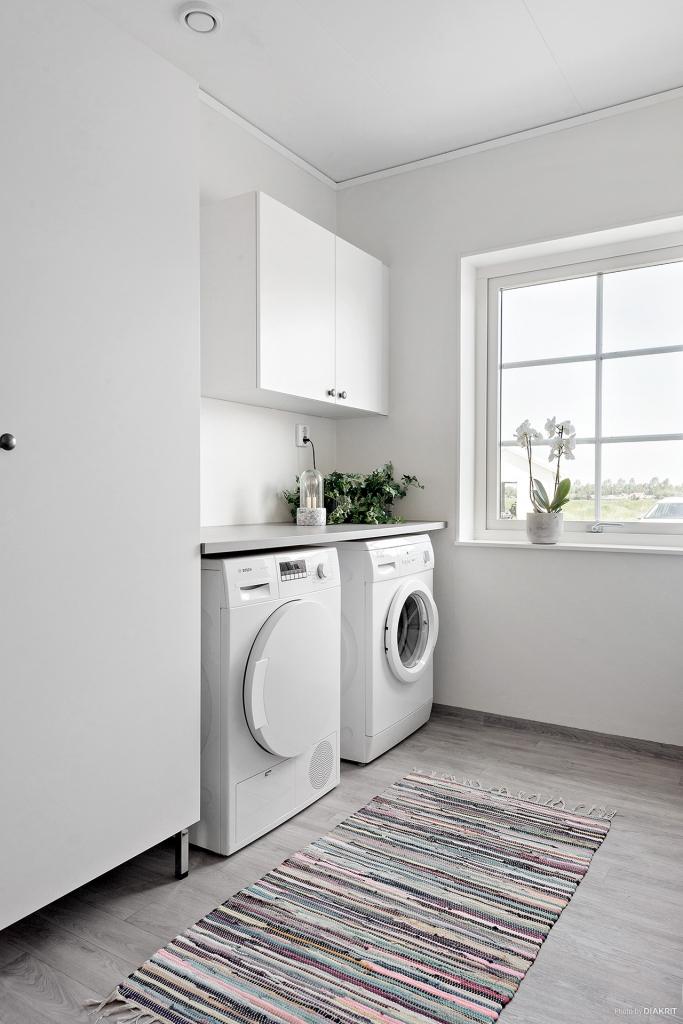 Tvättmaskin och torktumlare, skåp till förvaring och plats för tvättmedel mm