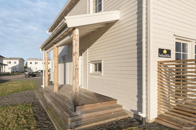 Söt veranda välkomnar oss in till huset
