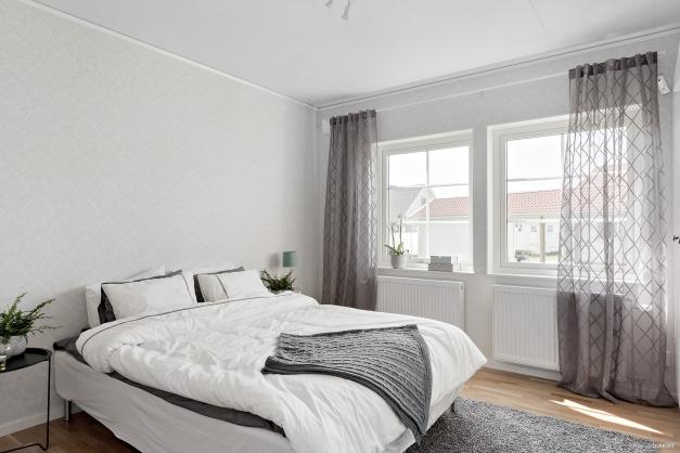 Sovrum med plats för dubbelsängen och andra möbler, här finns flera garderober