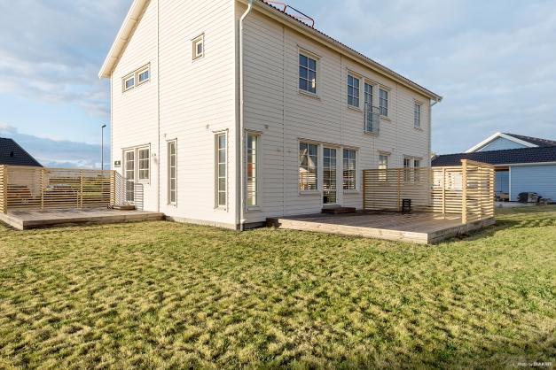 Huset sett från trädgårdssidan, för den med gröna fingrar så sätts idéerna igång!