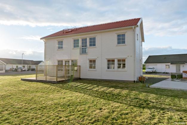 Härligt hus, byggt i 2-plan och huset ligger på en hörntomt. Stort, rymligt och härligt!