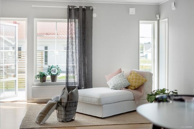 Skönt med en liten hörna för en schäslong, utgång till ytterligare trädäck via vardagsrummet