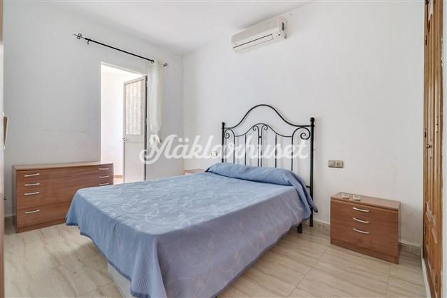 Rymligt sovrum med utgång till extra terrass