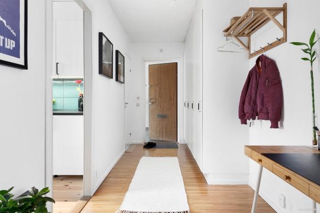 Hallen sett från vardagsrummet. Gott om förvaring i platsbyggda garderober!