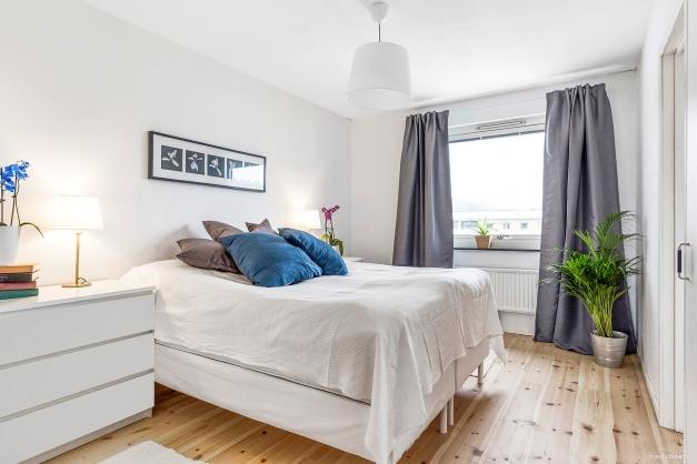 Sovrum med plats för dubbelsäng samt ytterligare möblemang. Fönster mot innergård ger en lugn nattsömn och gott om ljus!
