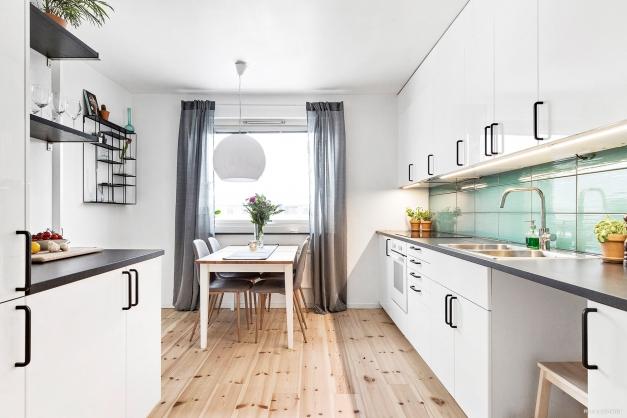 Ljust och rymligt kök med mycket arbetsyta, samt plats för ett större köksbord.