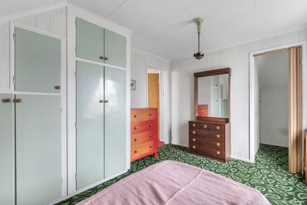 Sovrum 1 med garderober och mindre klädkammare